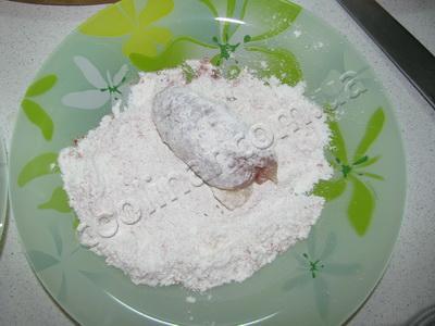 Обваливаем котлету в муке и яйце