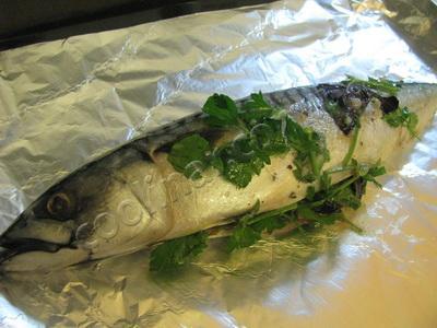 Смазываем рыбу и отправляем ее в духовку